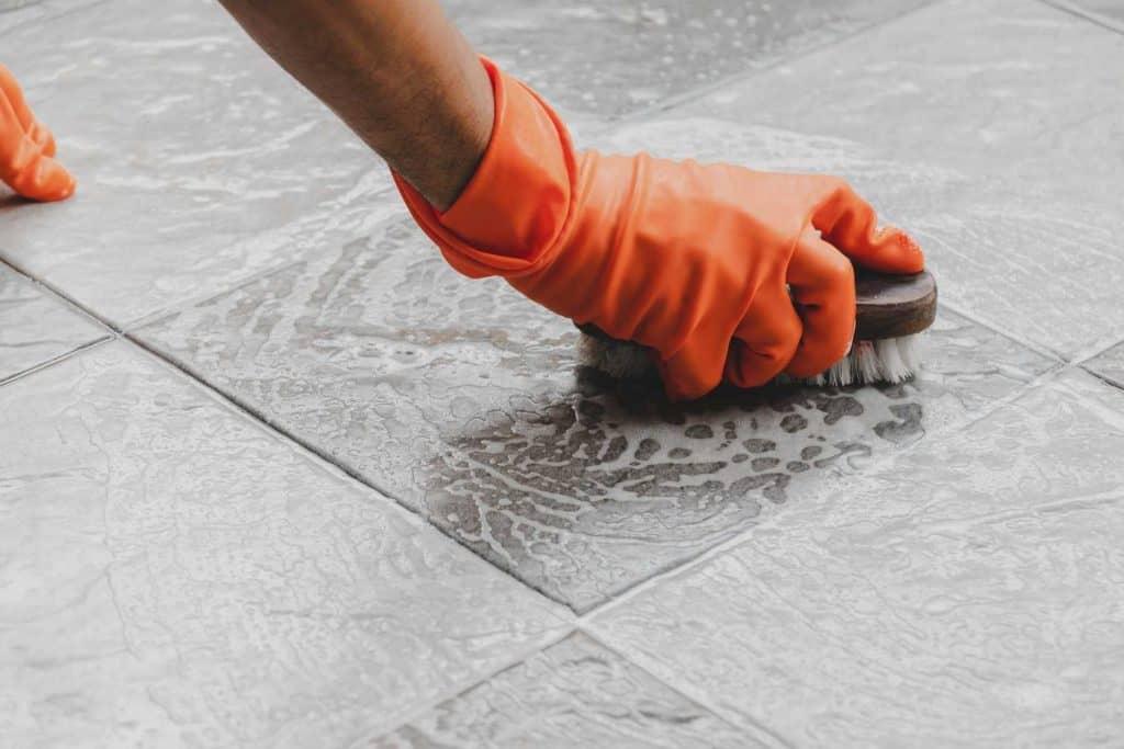 Công nhân tiến hành làm sạch sàn bê tông trước khi mài đánh bóng